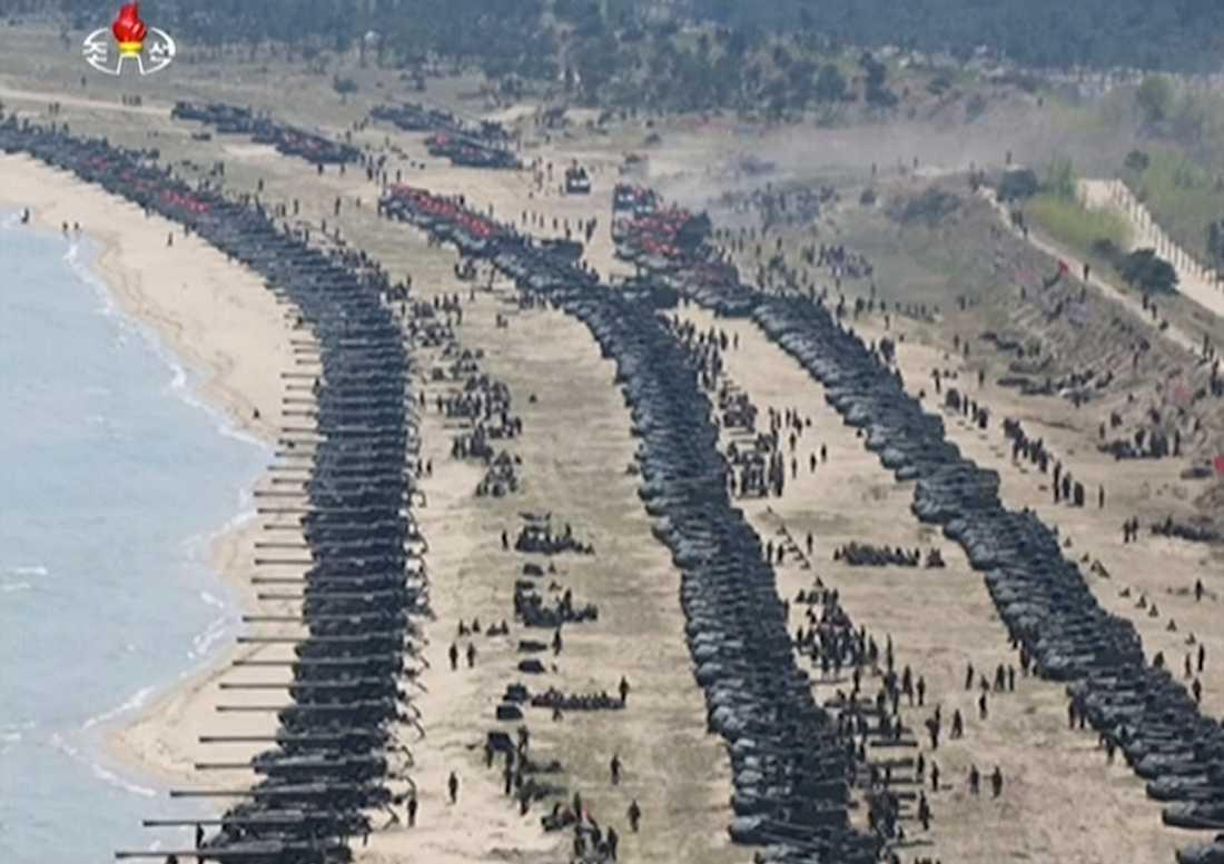Spänningen i området ökar. På onsdagen släppte den Nordkoreanska officiella nyhetsbyrån KNCA bilder som visar militärövning i landet.