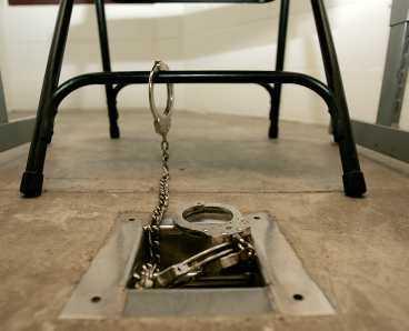 MÄNSKLIGA RÄTTIGHETER En fånge tvingades skälla som en hund och yla åt bilder av terrorister, men president Bush avfärdar kritiken mot behandlingen av fångarna.