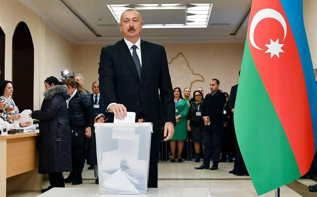 President Ilham Aliyev röstar i Baku den 9 februari. Bilden kommer från presidentkansliet i Azerbajdzjan.