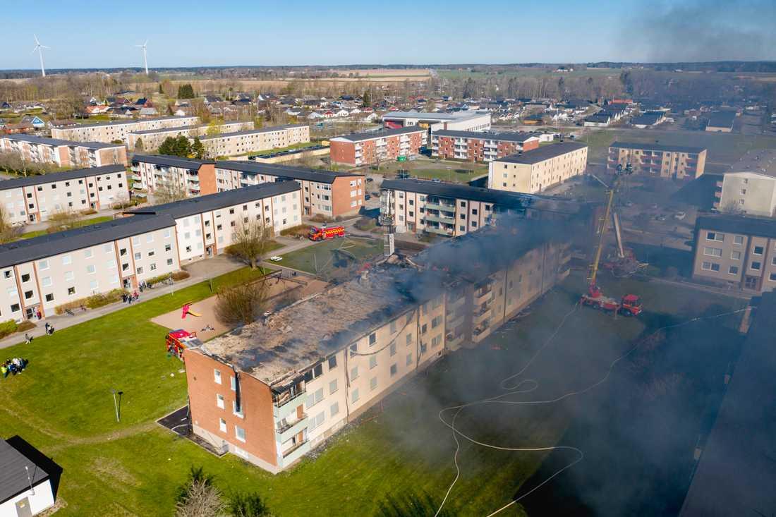 En kraftig brand bröt ut i ett flerfamiljshus i Skara vid femtiden på onsdagsmorgonen. Branden startade på vinden, och spred sig sedan.