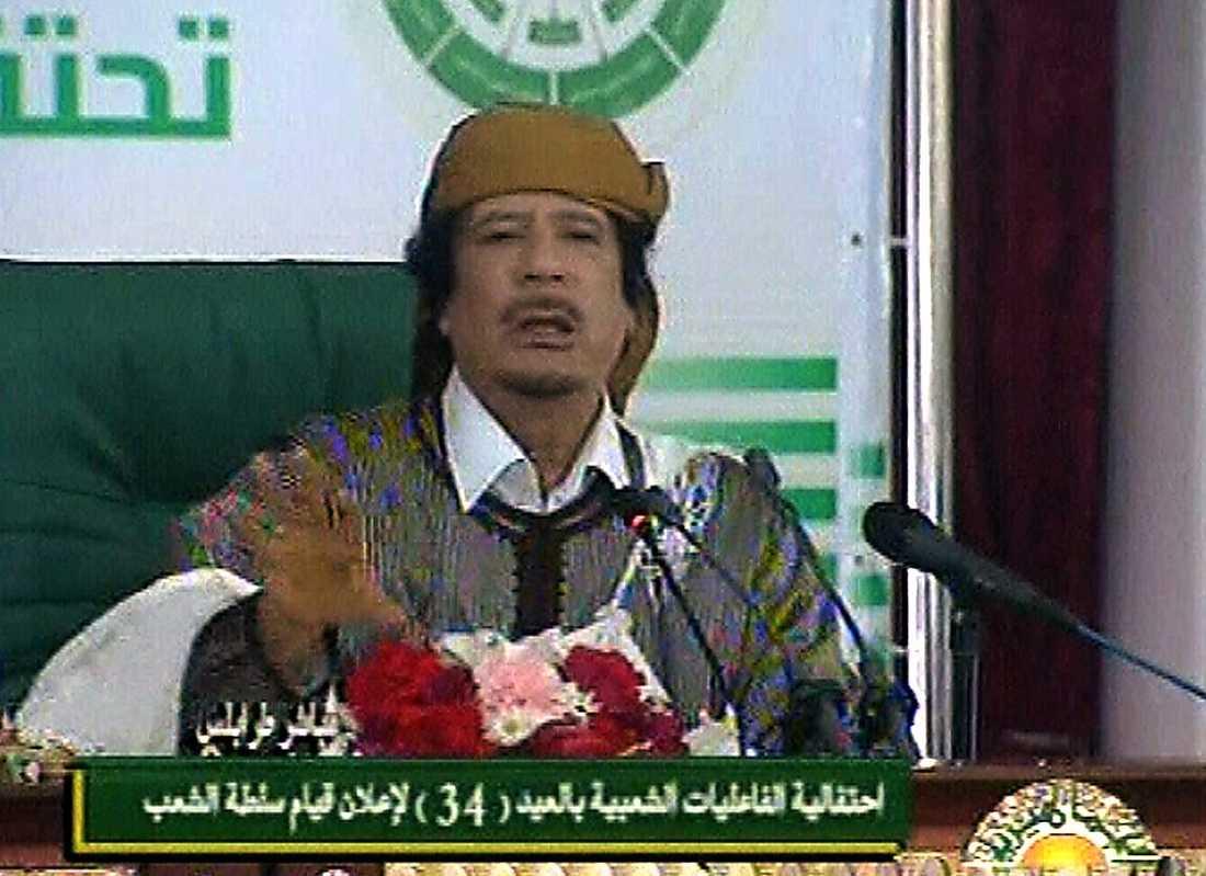 """14.00 Gaddafi skyller protesterna på al-Qaida: """"Det som händer i delar av Libyen nu är på grund av al-Qaida. Deras motto är 'döda'""""."""