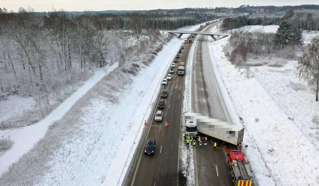 Polis och räddningstjänst på plat på E4 vid Örkelljunga i Skåne.