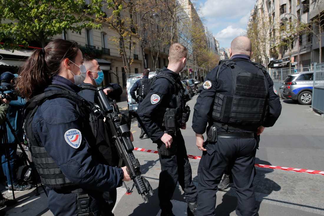 Polis utanför sjukhuset i Paris där skottdramat ägde rum.
