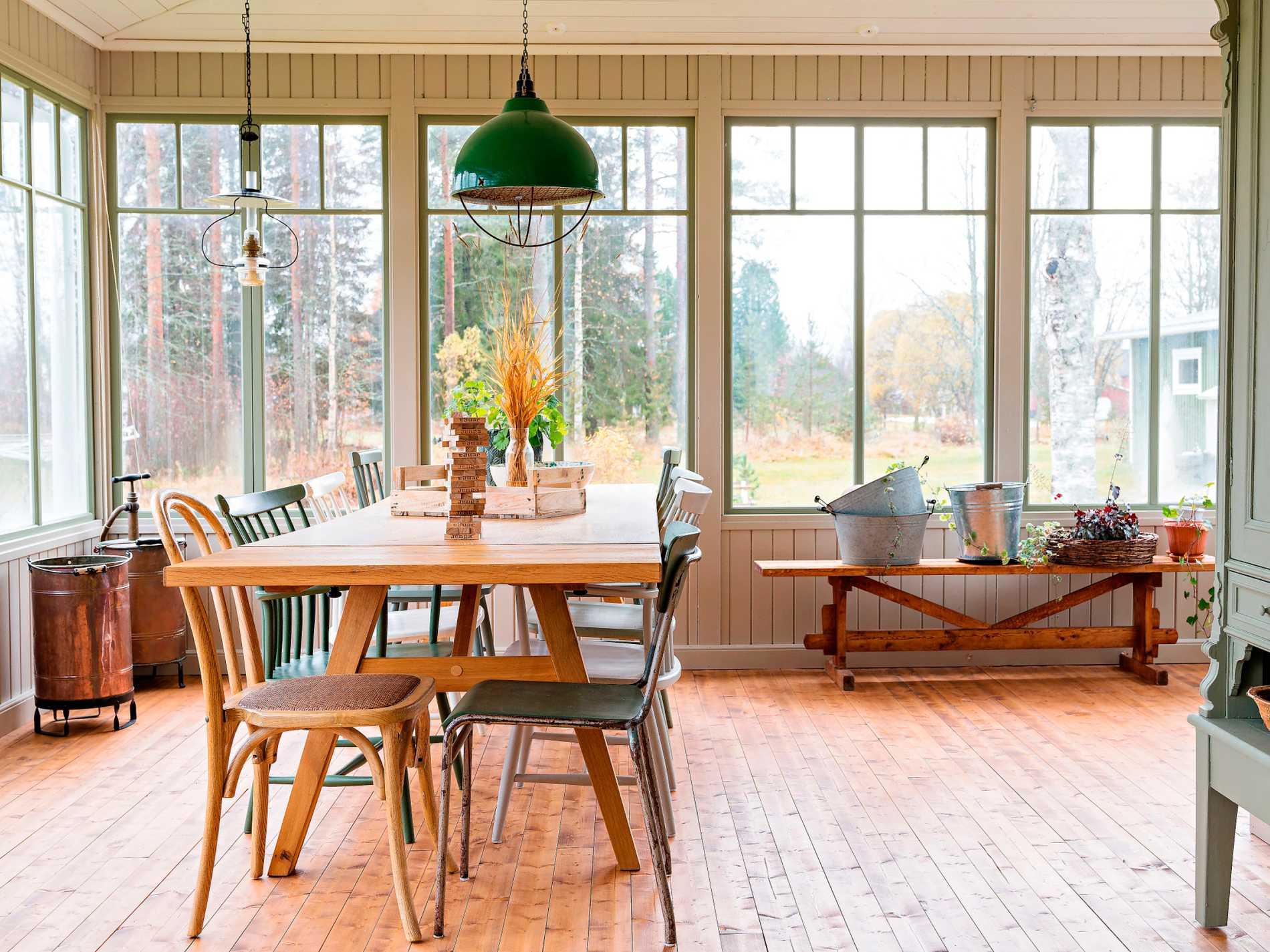 Runt det stora bordet på verandan ryms många, och här dukas det ofta upp till middag och kalas. Stolarna är en blanding av loppisfynd, Åkerblomsstolar fyndade på Bukowskis och  böjträstolar från Ellos.
