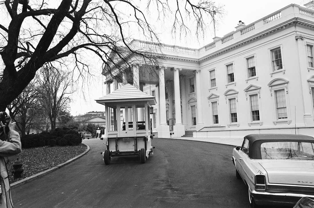 Omdaningarna har varit många i Vita huset genom åren. Här får residensets vakter, som tidigare stått i det fria, en ny kur den 12 november 1965.