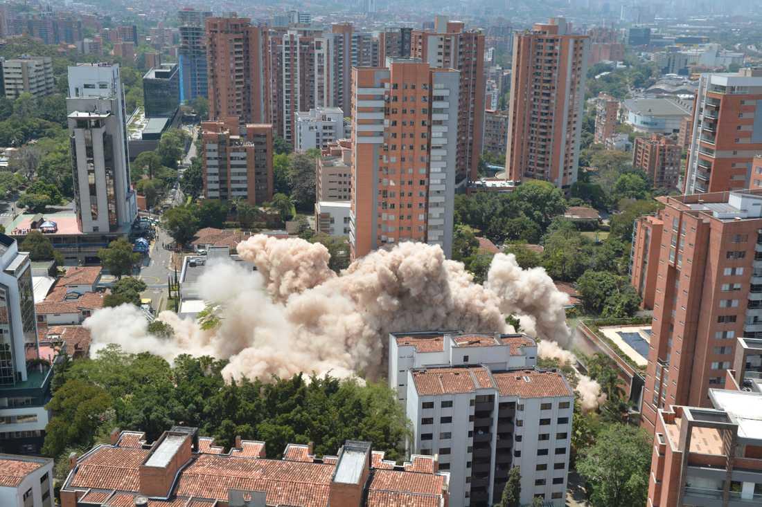 Här rivs Pablo Escobars gamla hem i Medellin i Colombia.
