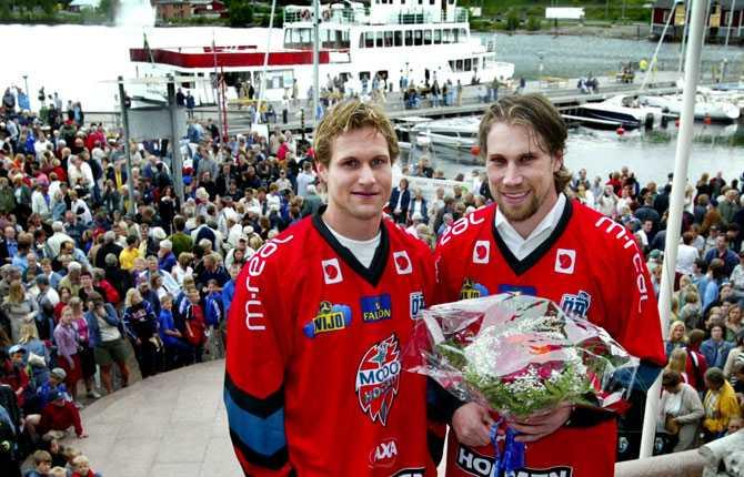 HEDERSMEDBORGARE Sommaren 2003 blev Peter och barndomsvännen utsedda till hedersmedborgare i hemstaden Örnsköldsvik.