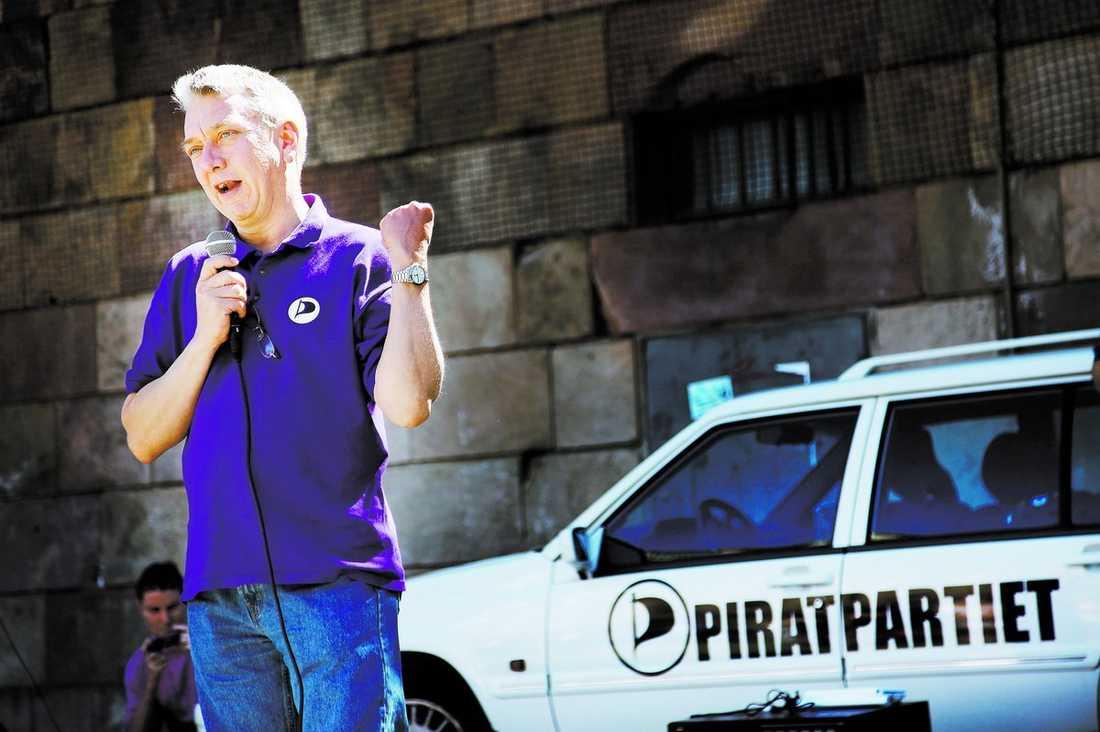 PÅ VÄG TILL EU Piratpartiets Christian Engström kommer att tjäna 77 940 kronor i månaden om han får en plats i EU-parlamentet. Men han tänker bara engagera sig i frågor som handlar om kommunikationsteknologi.