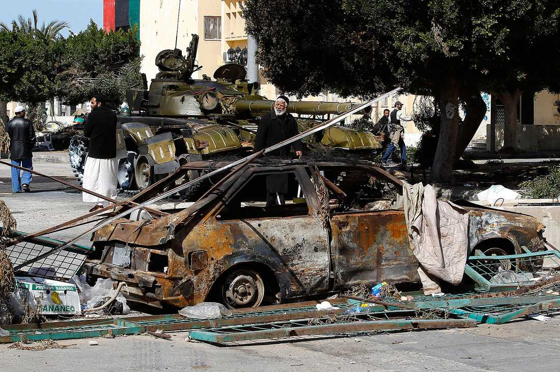 stridsvagnarna RULLAR in Libyens diktator fortsätter att klamra sig fast vid makten trots veckolånga protester. I går trappades striderna upp mellan Gaddafitrogna styrkor och rebeller när 20 stridsvagnar rullade in i Zawiya. De sköt raketer mot byggnader kring torget och minst 30 personer dödades.