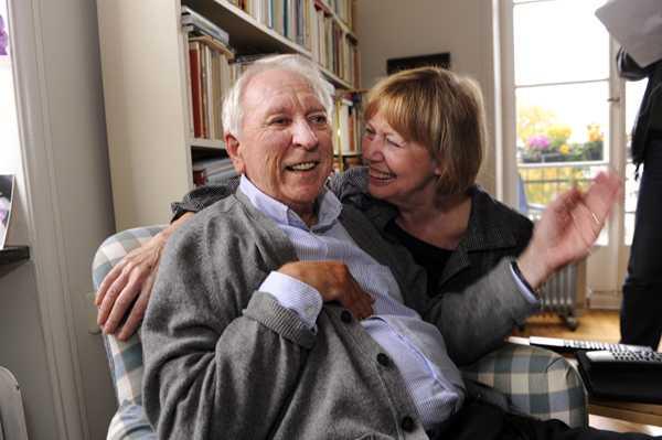 Så här glad var Tranströmer när han och hans hustru Monica tog emot det stora pressuppbådet som har samlats i Tranströmers lägenhet. Sedann en stroke i början av 90-talet har Tranströmer svårt att formulera sig och hans hustru tolkar det han säger.