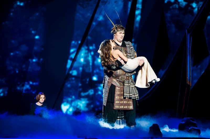 """Igor lyfter den ukrainska sångerskan Zlata Ognevich (till vänster) i början av hennes nummer """"Gravity"""", som tävlar i den första semifinalen i kväll. Och även Nöjesbladets Helena Trus fick känna på lyftet."""