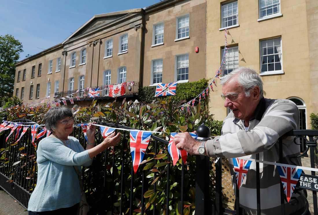 Ett par dekorerar sitt hus längts med kortegevägen inför bröllopet mellan prins Harry och Meghan Markle.