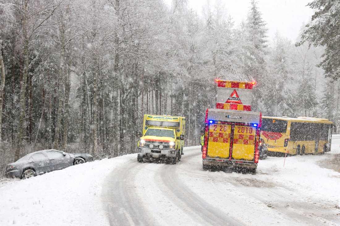 Ambulans och polis på plats vid olycka på väg 272 mellan Årsunda och Sandviken.