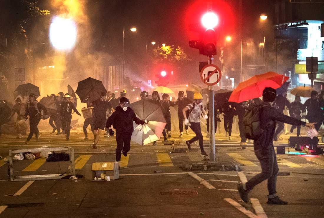 Vissa gator i Hongkong är som en krigszon.