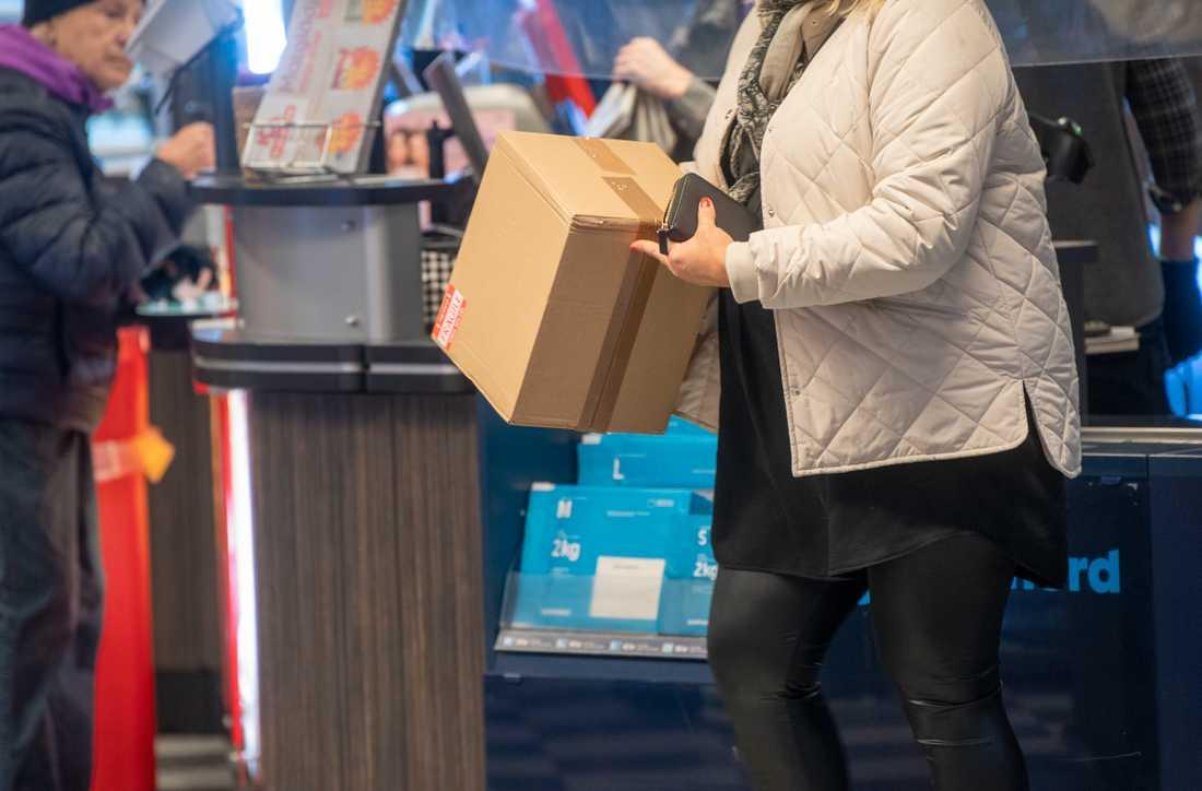 Under lördagen har det varit stora problem med att hämta ut och skicka paket hos Postnords ombud. Arkivbild.