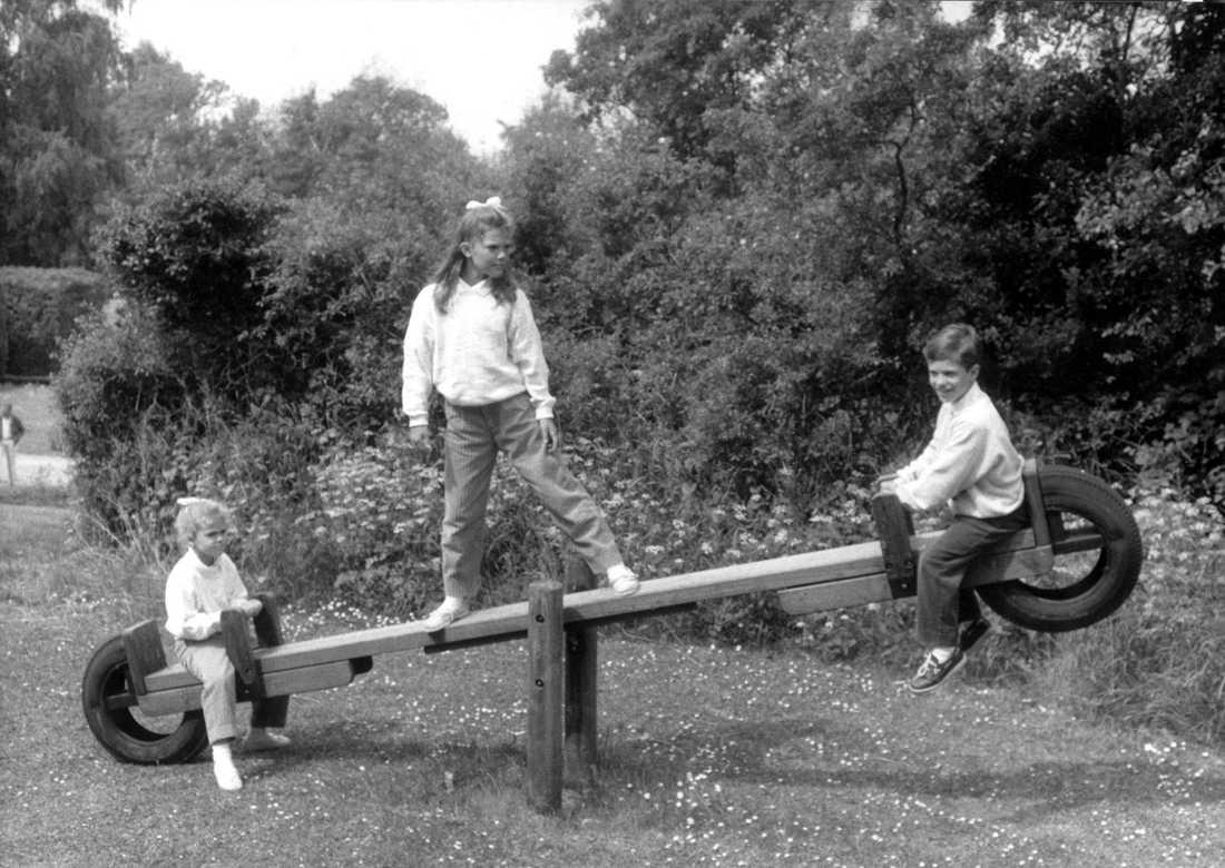 Sommarlekar Idylliska somrar under barndomen. Här leker alla kungabarnen på en gungbräda, sommaren 1988.