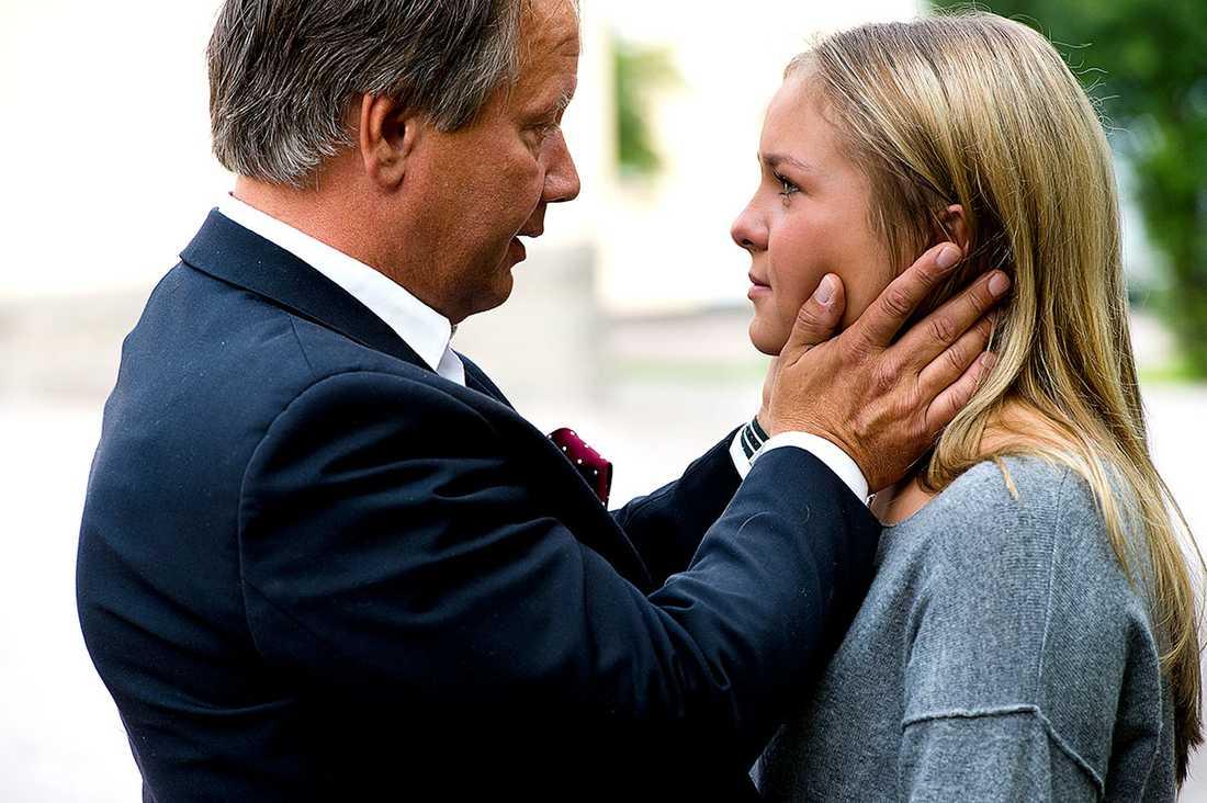 """Carolina Tuula, 17, tröstas av avskedade rektorn Staffan Hörnberg. """"Alla har blivit ombedda att åka hem,"""" berättar hon för Aftonbladet."""