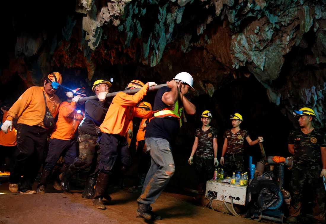 Räddningsarbetare i grottan.