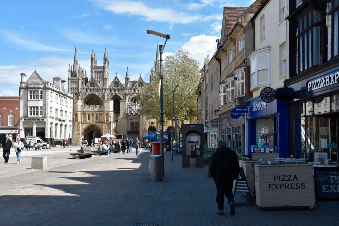 Både sol och skugga råder på Katedraltorget i Peterborough, framför stadens imponerande medeltidskatedral. Invånarna här är liksom i övriga Storbritannien hjärtligt trötta på dödläget kring brexit.