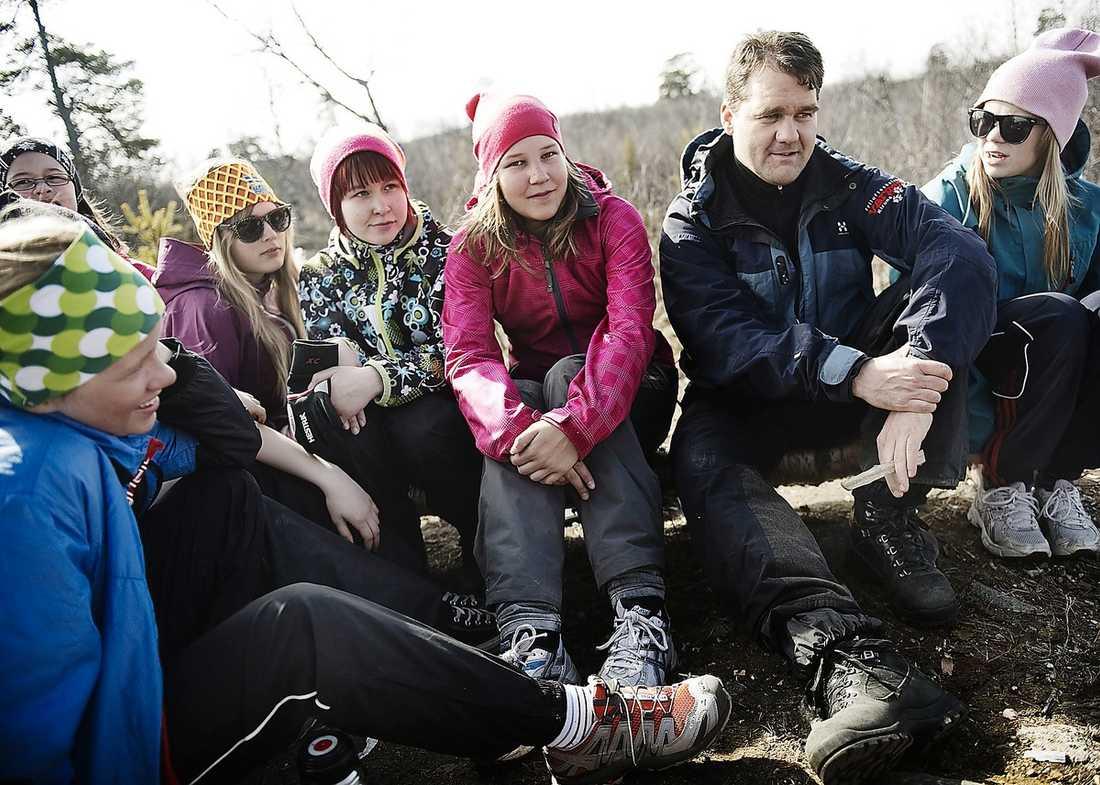 SAMARBETE VIKTIGT Linn Hägg, Denise Vanhatalao, Linnea Fjällborg, läraren Niklas Löfström och Isa Rajaniemi trivs på Vargen i Kiruna.