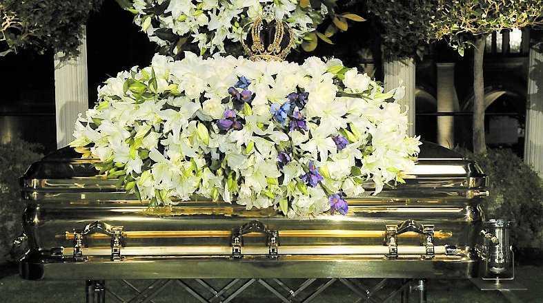 Michael Jackson begravdes i en guldfärgad kista.
