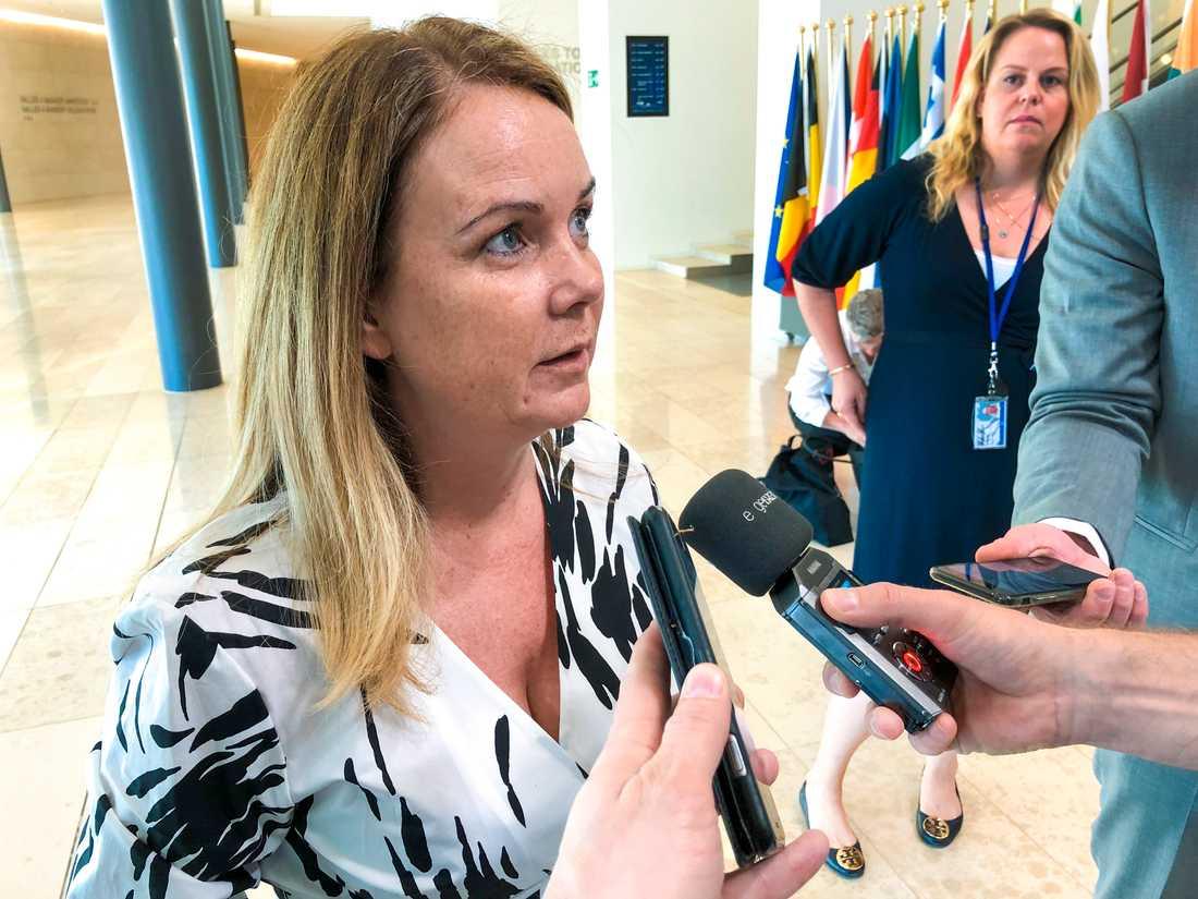 Landsbygdsminister Jennie Nilsson (S) på väg in till fiskeministermötet i Luxemburg.