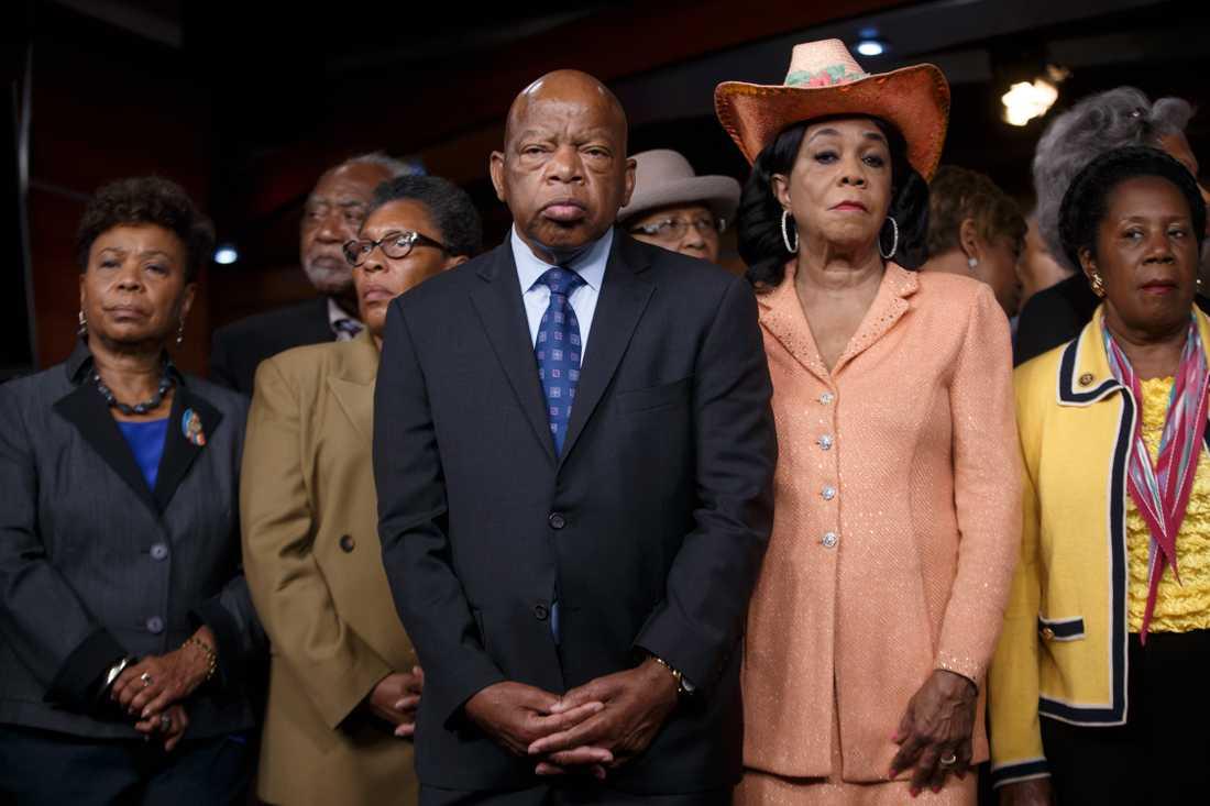 Medborgarrättskämpen och kongressledamoten John Lewis bojkottar Donald Trumps installation. Det gör också Barbara Lee (längst till vänster). Arkivbild.