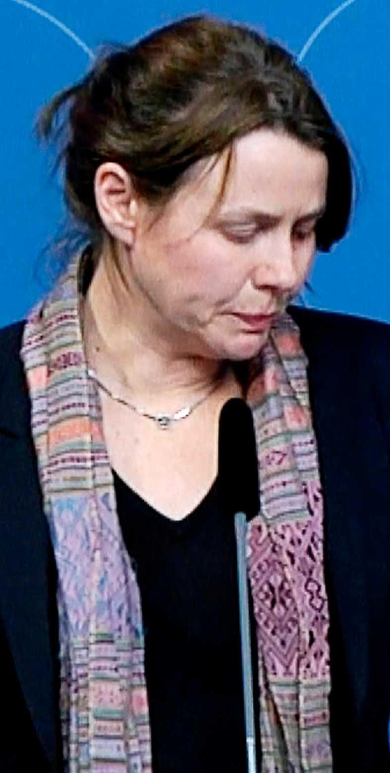 Åsa Romson kämpar mot tårarna under presskonferensen om den nya, hårdare asylpolitiken i november 2015.