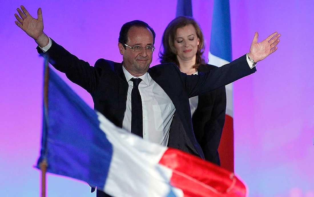 Glada fransoser firar med rosor.Nye ledaren tar emot jublet.