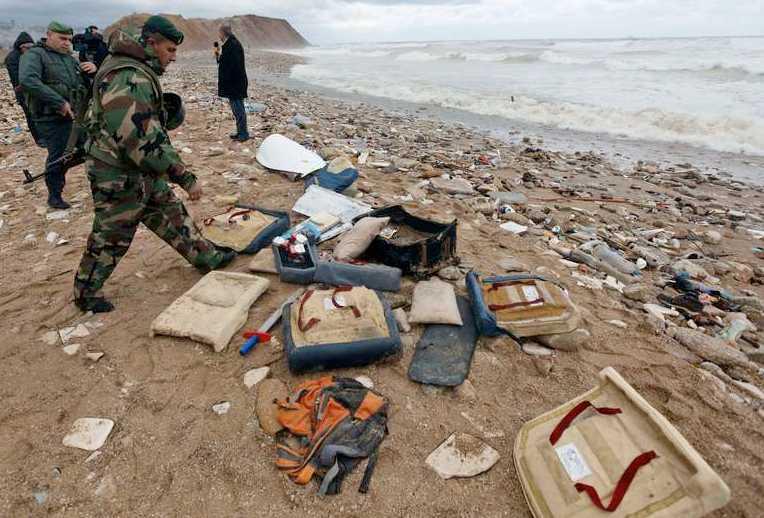 Libanesisk militär plockar upp vrakdelar.
