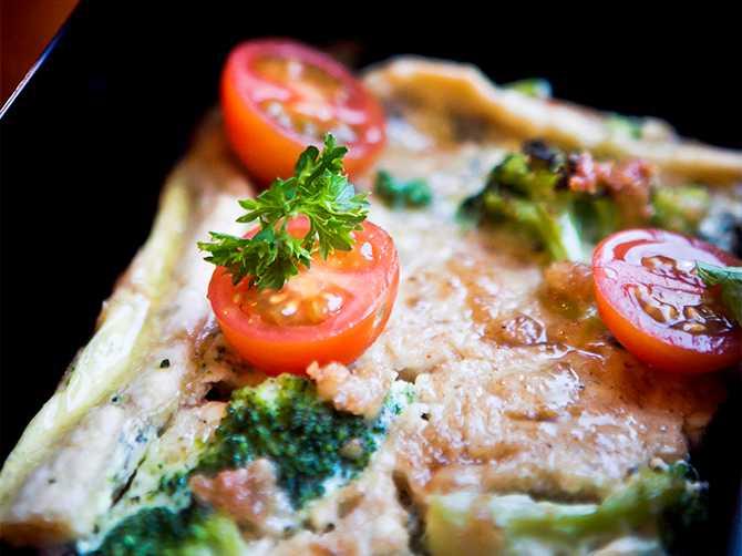 Broccolipaj med ädelost, bön- och tomatsallad.