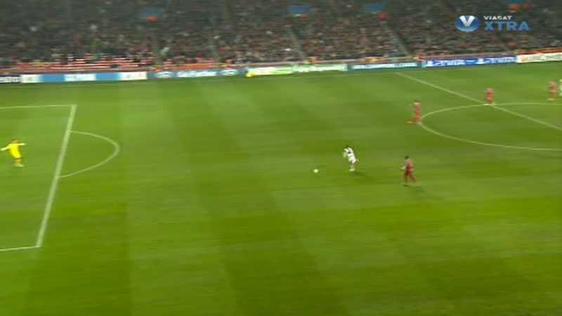Tvärtemot fair play-reglerna tar Adriano bollen mot ett avstannande Nordsjällandförsvar, och kommer helt fri.