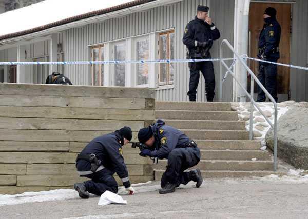 Polisens tekniker säkrar bevis utanför skoan.