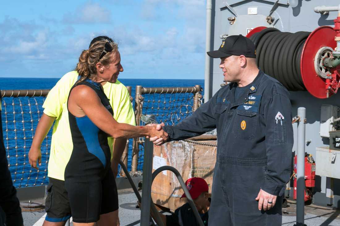 Befälet Gary Wise på USS Ashland välkomnar Jennifer Appel ombord.