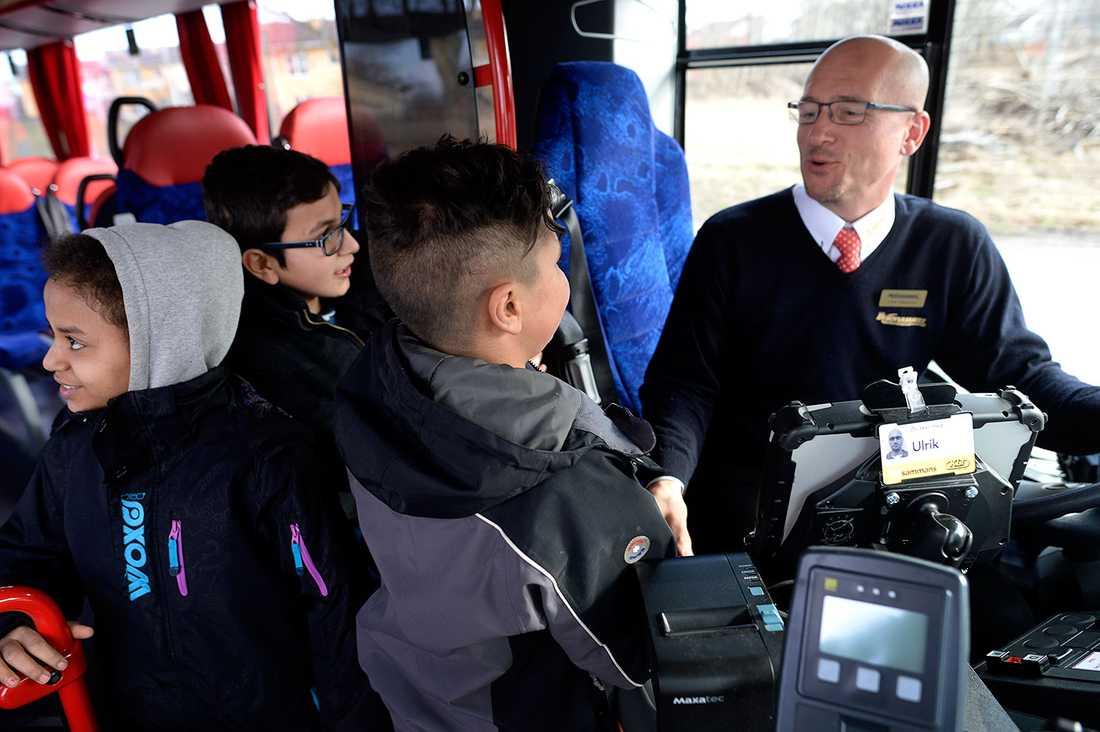 Busschauffören skojar och pratat med eleverna.