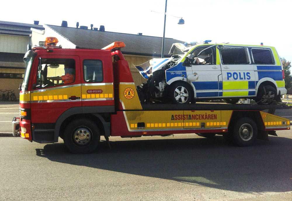 KROCKADE PÅ VÄG TILL KROCK En polisbil på väg till en olycka utanför Östersund krockade. Sju personer har förts till sjukhus.