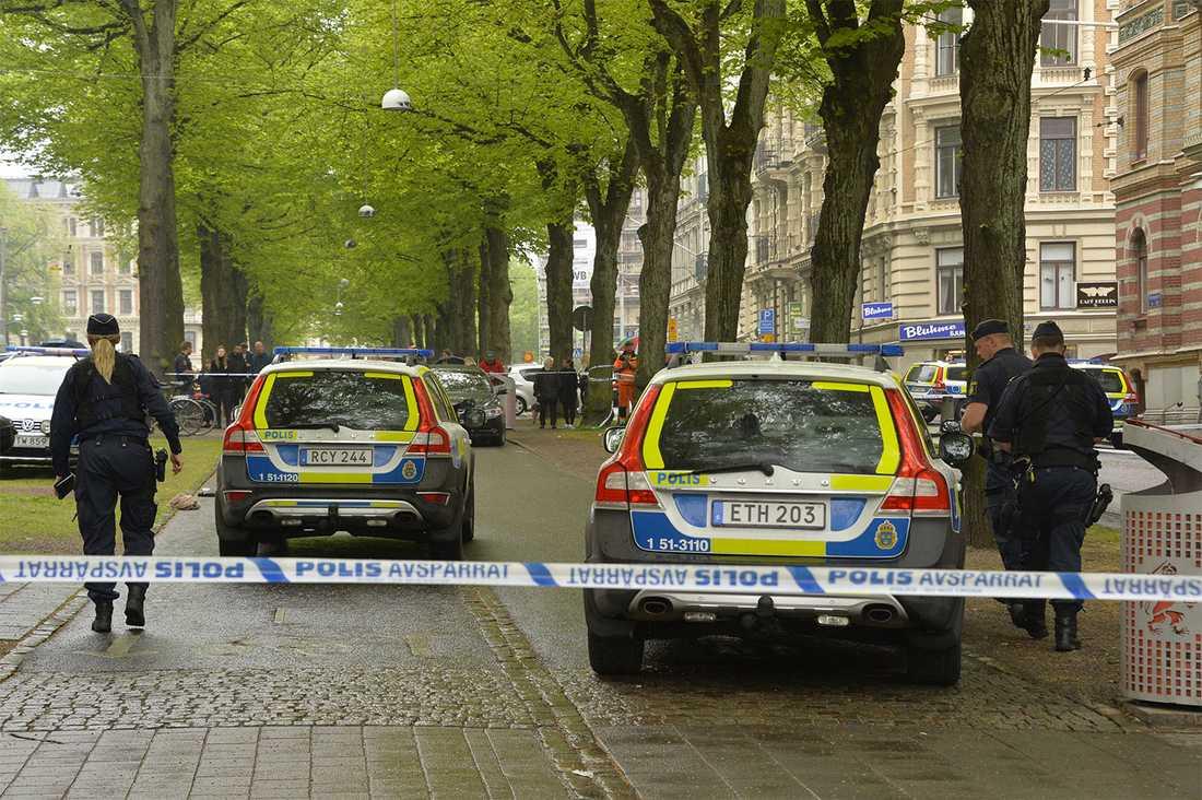Flera polispatruller och helikoptrar söker nu efter gärningspersonen som ska ha försvunnit på en grå moped.