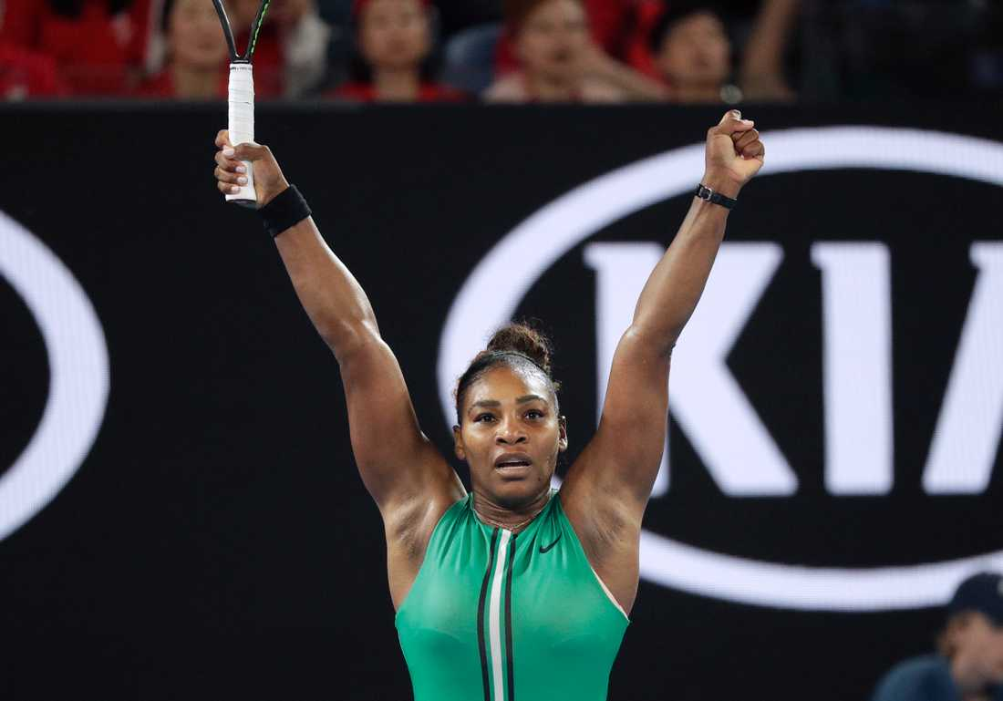 Serena Williams jublar över segern över Simona Halep.