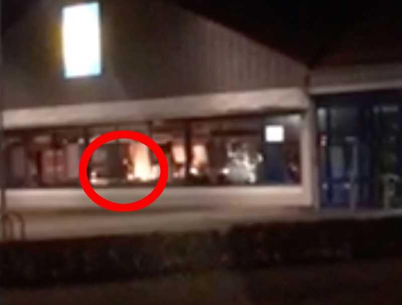 På filmklipp syns hur mannen rör sig inne i butiken medan det brinner.