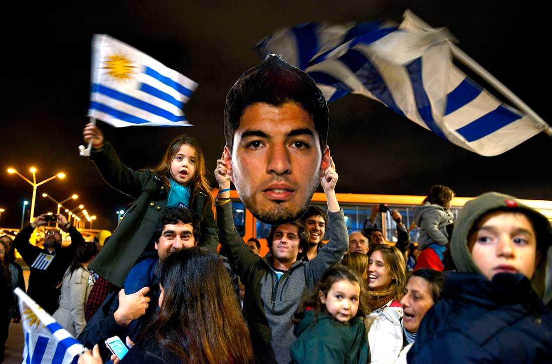 Vid flygplatsen i Carrasco, två mil utanför huvudstaden Montevideo, väntade tusentals fans för att hylla sin idol.