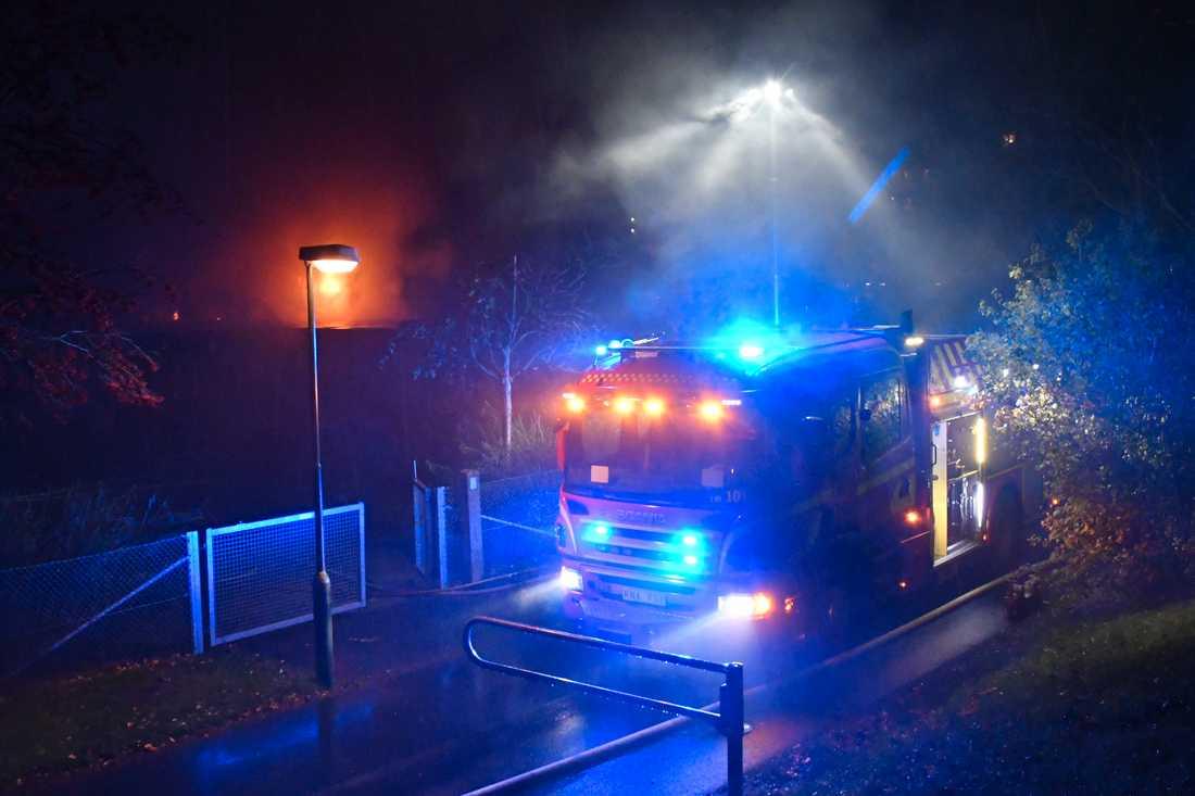 Uppåt 30 brandmän deltar i släckningen