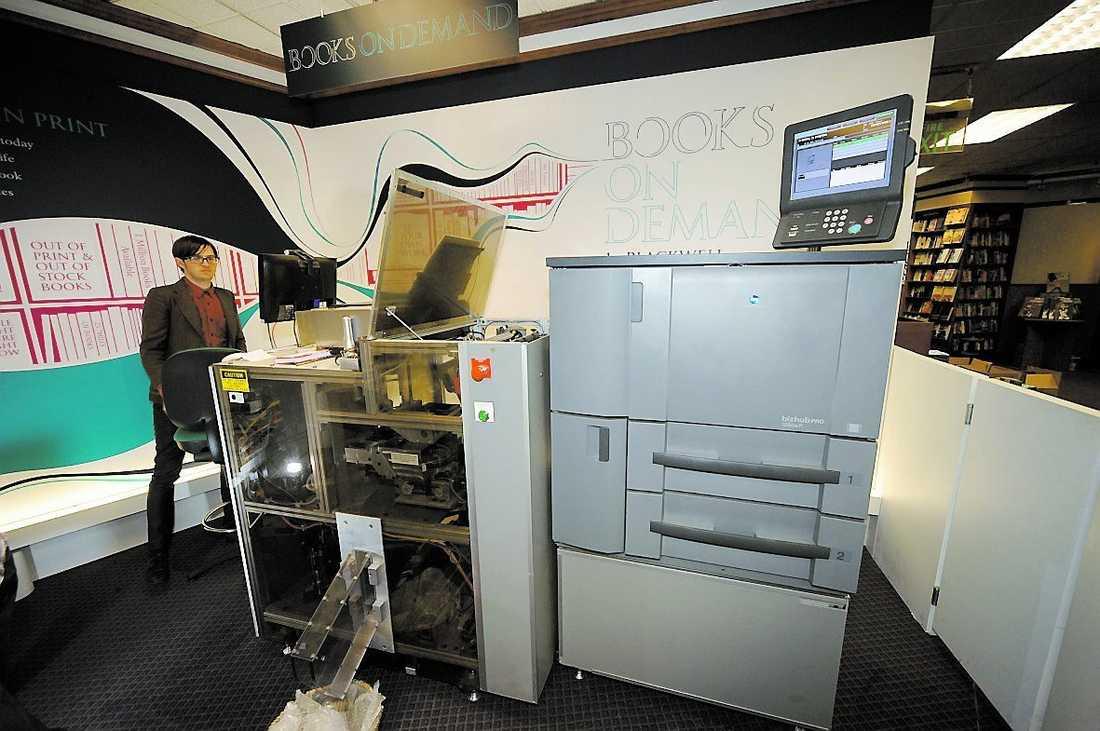 """upplaga: 1 ex Aftonbladets reporter väljer ut en bok av Strindberg – och medan han tar en kopp kaffe trycker maskinen (ovan) ett enda exemplar åt honom. Bokkaféet har snart över en miljon olika böcker på """"lager""""."""