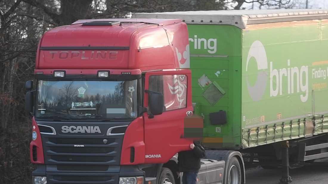 """De så kallade """"vodkalastbilarna"""" står parkerade strax utanför grinden till Ikeas lastkaj. Enligt företaget Bring kör den polska chauffören och åkeriet inte transporter för deras räkning."""