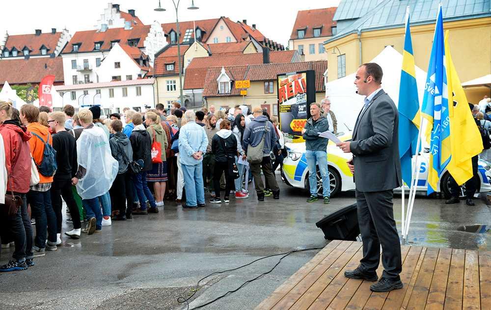4 JULI, VISBY Vänder rasisterna ryggen När Svenskarnas partis ledare Stefan Jacobsson talade under politikerveckan protesterade majoriteten av människorna på Hamnplan i Visby genom att vända baksidan till för att visa vad de tycker om främlingsfientlighet.