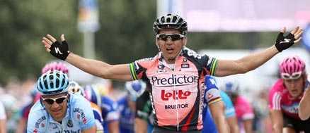 Segern är min Robbie McEwen korsar mållinjen som förste man på den inledande etappen av Tour de France.