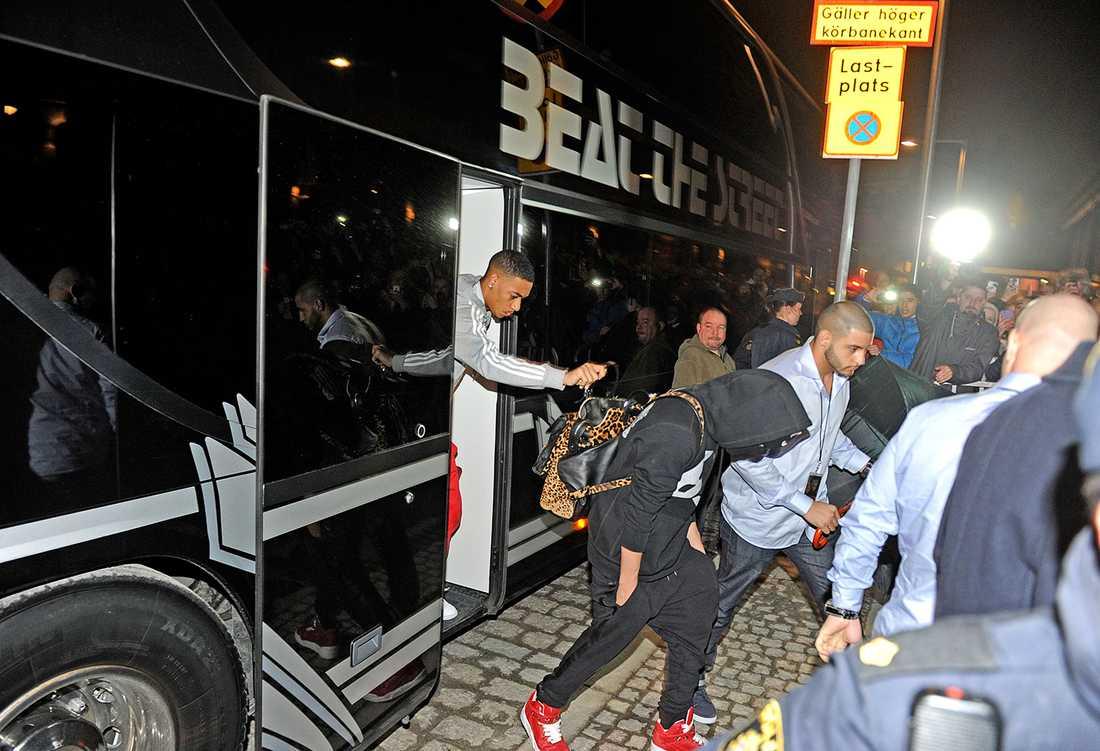 Justin Bieber på väg ur sin turnébuss under Stockholmsvistelsen.