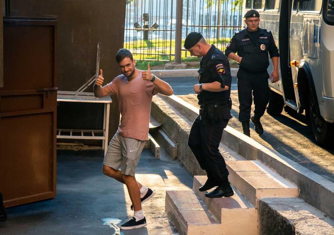Pussy Riot-medlemmen Pjotr Verzilov vid ett gripande i juli 2018. Nu är han i klammeri med rättvisan igen. Arkivbild.
