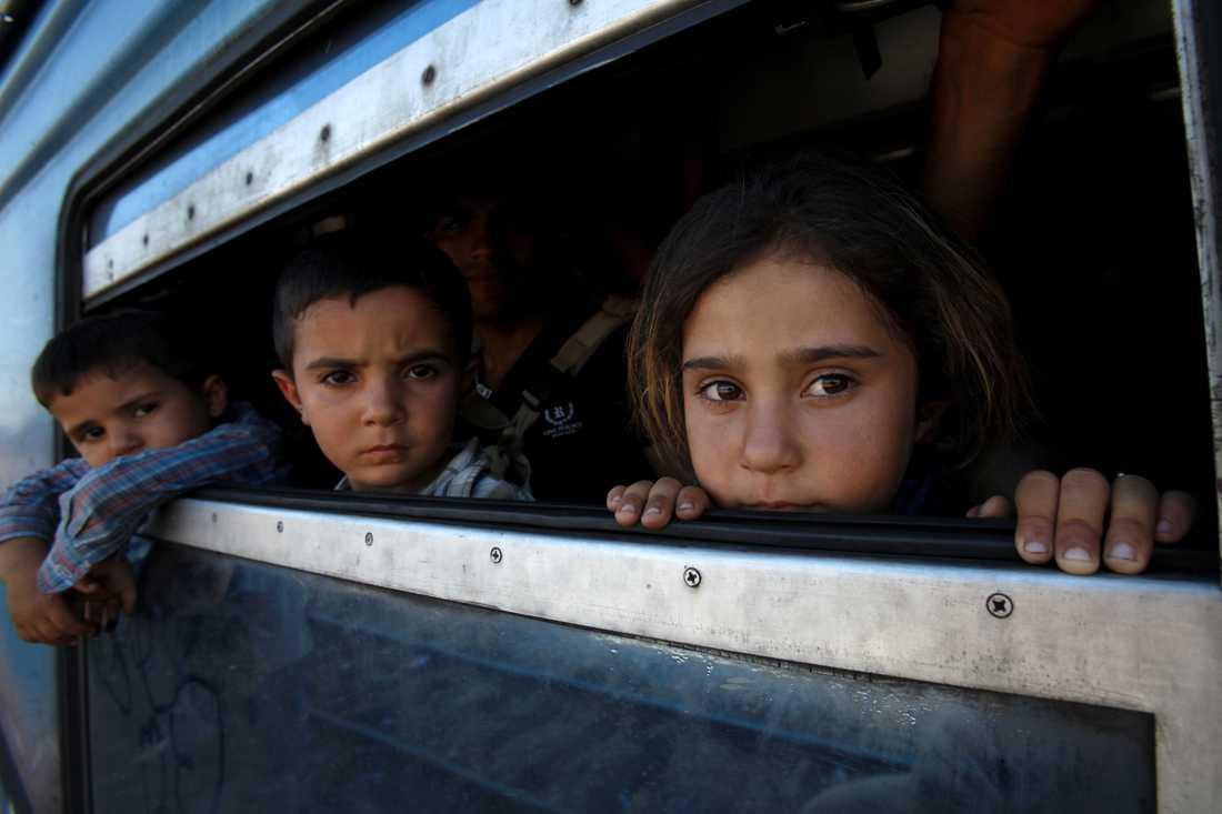 Två barn från Afghanistan ombord ett tåg mot Serbien tillsammans med sina föräldrar.