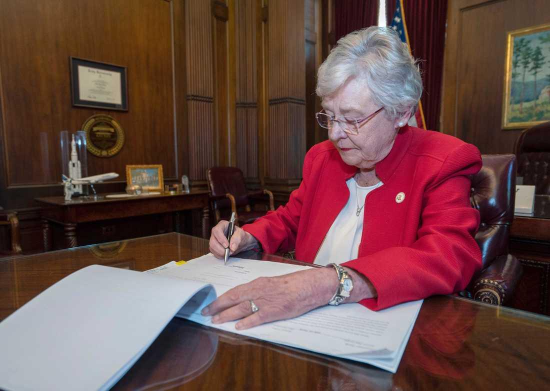 Alabamas guvernör Kay Ivey skriver under lagförslaget.
