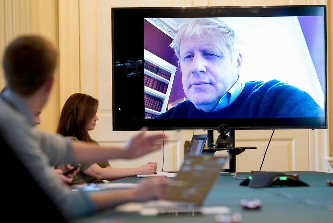 Storbritanniens premiärminister Boris Johnsson under ett videomöte i mars. Johnson vårdas nu i intensivvård. Arkivbild.